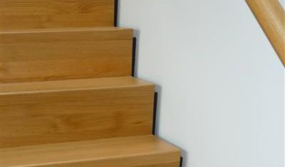 Voor extra uitstraling liggen deze treden niet vast tegen de muur maar lijken te zweven door gebruik van de keepboom.