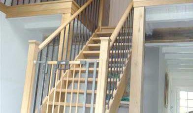 Trappenhuis van eiken hout met stalen spijlen afgewerkt