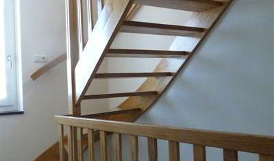 Van beneden naar boven dezelfde trappen en balustrades