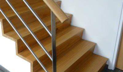 Deze trap is voorzien van een keepboom. een op maat gemaakte steun waar de treden invallen zodat het geheel naadloos aansluit.