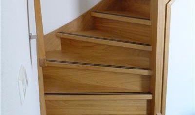 Nette draaiende trap met anti-slip strips in de treden verwerkt.
