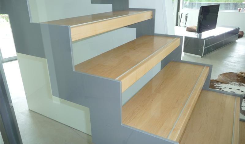 Maple houten treden op stalen trap met aluminium strips.