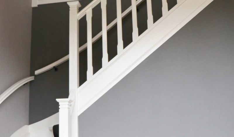 Klassiek trappenhuis met passende balustrade en bordes.