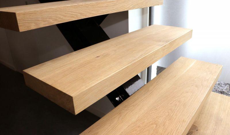 Binnen in een woning brengt hout natuurlijk ook veel sfeer, ook bij moderne architectuur.