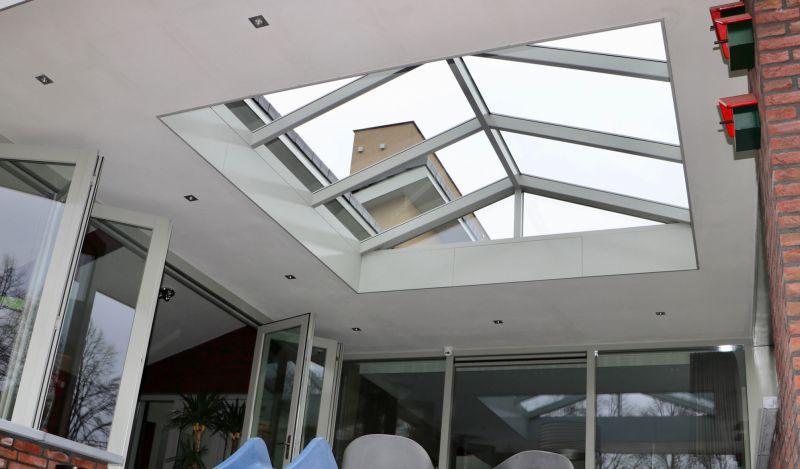 Een overkapping neemt vaak veel licht in huis weg, een lichtstraat in de overkapping is dan vaak een goede oplossing.