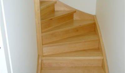 Maple houten trap die twee maal een kwartslag draait.