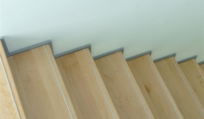 Fraaie aluminium strips verwerkt zodat een uitglijder niet zo maar kan gebeuren.