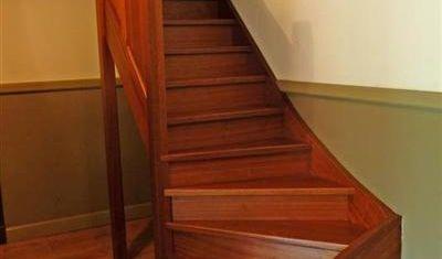Mooie dichte mahonie trap met stootborden en kwart draai onder en bovenaan