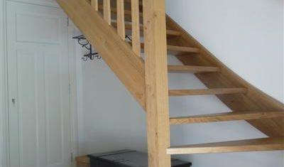 Deze trap heeft onder een kwart draai en is fraai afgewerkt.