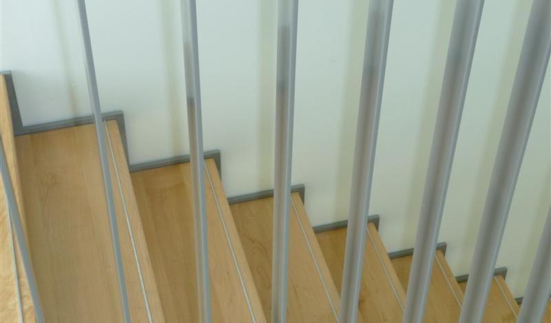Stalen gecoate balustrade met maple houten traptreden