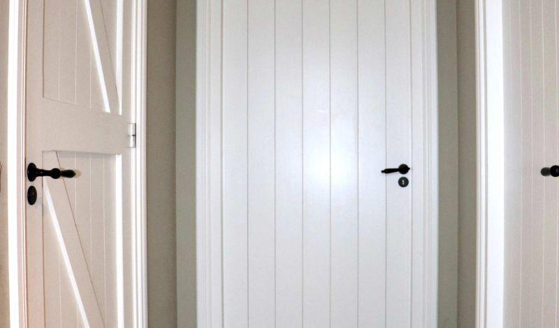 Mooie binnendeuren in landelijke stijl met passend hang- en sluitwerk.